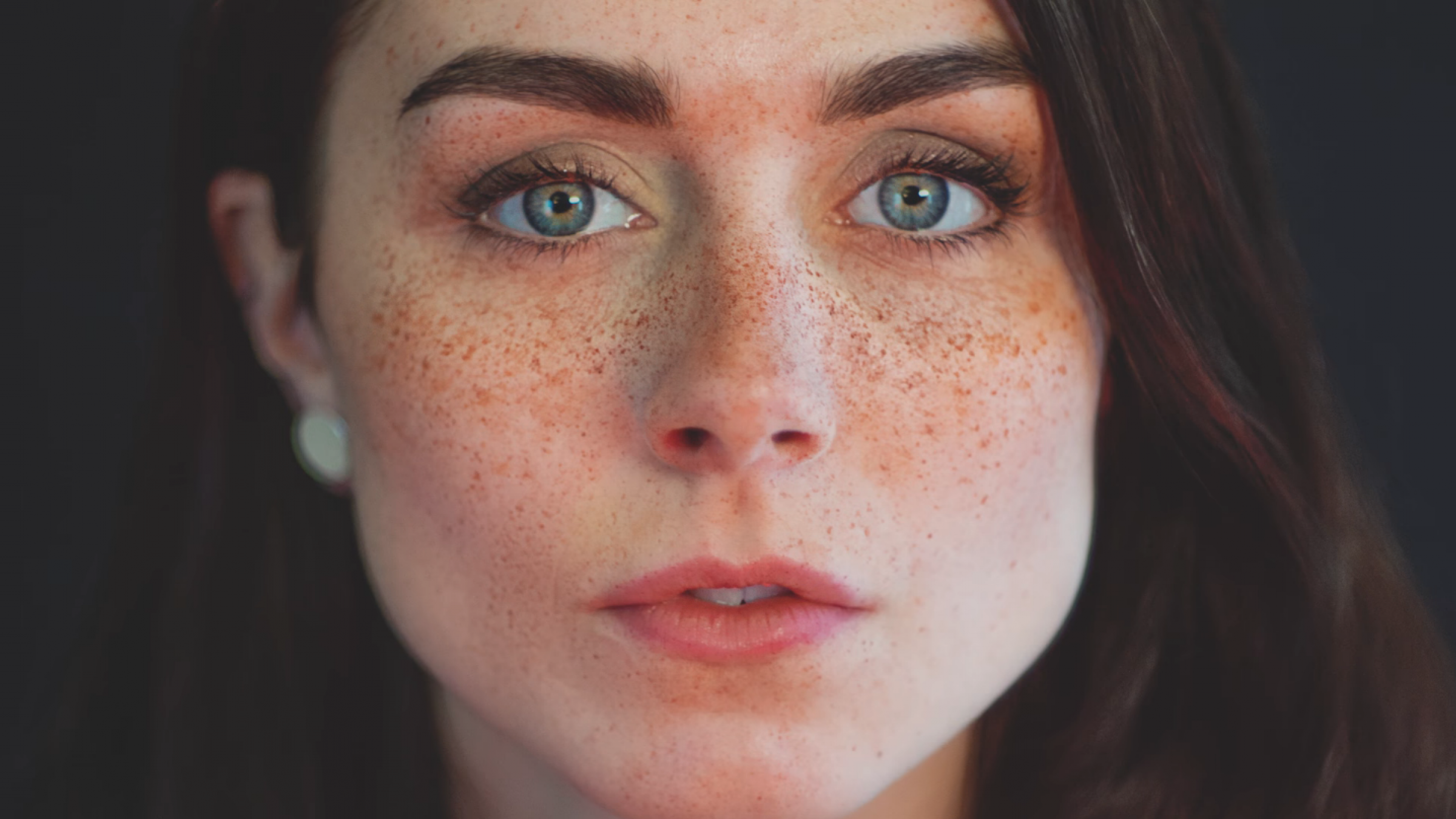 ho made freckles iconic - HD2400×1350